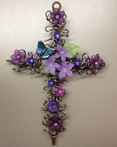 This cross is made with 16 gauge wire and acrylic flowers.the butterfly is a button. Cross Jewelry, Wire Jewelry, Jewellery, Wire Crafts, Jewelry Crafts, Prayer Crafts, Wire Crosses, Color For Nails, Christian Crafts