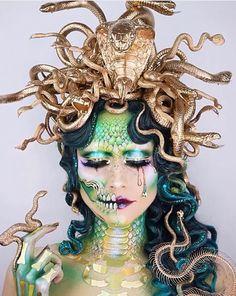 Medusa 🐍☠️ One of the most misunderstood characters of Greek Mythology. Medusa wasn't always a monster she was quite the opposite. Medusa Halloween Costume, Cool Halloween Makeup, Halloween Inspo, Halloween Kostüm, Vintage Halloween Costumes, Medusa Costume Makeup, Halloween Parties, Medusa Make-up, Medusa Headpiece