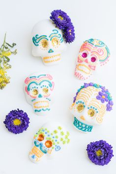 Fall Inspiration: How to Make Mexican Sugar Skulls for Day of the Dead celebration or a Halloween party. Day Of The Dead Diy, Day Of The Dead Party, Halloween Crafts, Halloween Party, Halloween Stuff, Halloween Makeup, Halloween Costumes, Halloween Desserts, Halloween Ideas