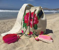 Pídela decorada o sin decorar, despachos a toda la República Mexicaca #acapulco #bolsa #bolsaslindas #bolsastejidas #bolsascolombianas… Tapestry Bag, Straw Bag, Crochet Top, Espadrilles, Poufs, Flowers, Pattern, Instagram, Photography
