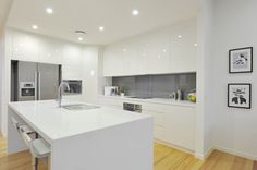 Caesarstone Snow and glass splashback Kitchen Backsplash Designs, Kitchen Interior, Concrete Kitchen, Handleless Kitchen, Glass Kitchen, Kitchen Ideas New House, Home Kitchens, Kitchen Style, Kitchen Design