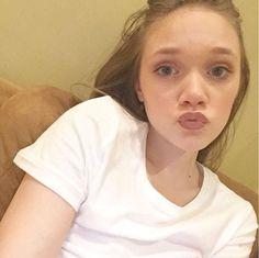 """""""terminé el maquillaje para la cena de hoy con Danielle, Louis, johannah, Daisy, fizzy y dan"""" - Phoebe via IG. <3"""