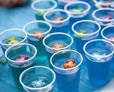 Gelatinas coloridas com gominhas de bichinhos em cima.                                                                                                                                                                                 Mais