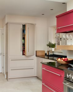 Harvey Jones Linear kitchen, painted in Dragons Blood and Basswood. Family Kitchen, Kitchen Living, Kitchen Decor, Kitchen Design, Kitchen Ideas, Kitchen Units, Kitchen Storage, Kitchen Cabinets, Kitchen Ranges