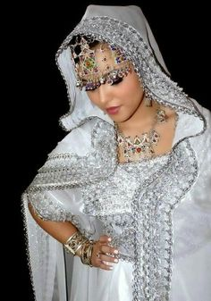Moroccan Bride, Moroccan Wedding, Moroccan Caftan, Wedding Frocks, Oriental Fashion, African Attire, Modest Outfits, Traditional Outfits, Beautiful People