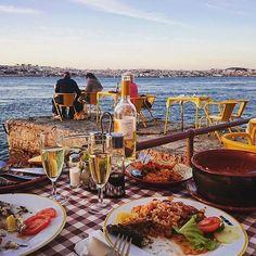 [Cacilhas]  Como parece que o inverno não quer chegar, não faz mal publicar esta foto agora.  Sempre que fores a um restaurante, café ou bar, leva-nos contigo com a hashtag #lisboapontocome para ficarmos e darmos a conhecer os melhores espaços e pratos de Lisboa 🍴🍸Onde é o nosso próximo encontro? 📷: @leonhardprinz . . . . #lisboa #lisbon #super_lisboa #lx #foodporn #food #foodie #zomatopt #pontofinal