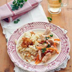 Mostpfandl mit Hühnerfiletstreifen und Zwiebelspätzle Pasta Salad, Ethnic Recipes, Food, Recipes With Chicken, Easy Meals, Chef Recipes, Food And Drinks, Food Food, Crab Pasta Salad