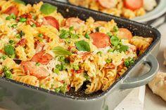 Prøv en deilig pølsegrateng til middag Garlic Butter Chicken, Food For Thought, Pasta Salad, Macaroni And Cheese, Sausage, Good Food, Pork, Food And Drink, Baking