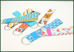 Tutorial keychain from fabric. Sewing Projects, Projects To Try, Workshop, Diy Keychain, Sewing Accessories, Love Sewing, Quilt Tutorials, Sewing Techniques, Diys