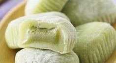 Green Tea Mochi (Matcha Mochi Cakes) with white bean filling Green Tea Recipes, Japanese Dishes, Japanese Rice, Japanese Mochi Recipe, Asian Desserts, Rice Cakes, Vegan Sweets, Eat Smarter, Korean Food