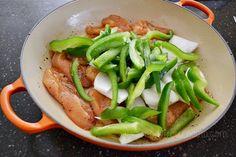 Fajitas de pollo al horno: en la cacerola haces todo: marinas el pollo, agregas cebolla, morrón y al horno! ;)