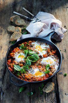 Dorian cuisine.com Mais pourquoi est-ce que je vous raconte ça... : Ma chakchouka parfumée très aubergine et tomate! Parce que le dimanche c'est jour de repos même en cuisine!