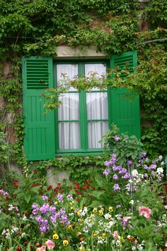 """Monet green"" shutters/ Monet's home in Giverny Claude Monet, Garden Cottage, Home And Garden, Monet Garden Giverny, Vita Sackville West, Giverny France, Through The Window, French Countryside, Gaudi"