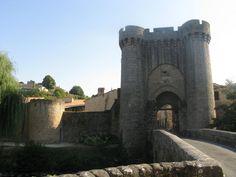 Porte et Pont Saint-Jacques de l'enceinte urbaine de Parthenay.  Porte du XIIIe siècle très remaniée au XVe siècle.  Cet ensemble pont et porte de ville, reste associé à l'enceinte urbaine à distinguer du château de Parthenay.