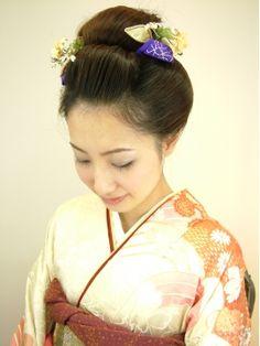 古典柄のお着物によくあう「新日本髪」というスタイルらしいです。日本髪には黒髪がピッタリで会場では逆に目立ちますね。 Wedding, Html, Japan, Fashion, Mariage, Moda, Fasion, Weddings, Casamento