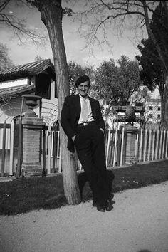 Exterior, hombre apoyado junto a un árbol delante de la Casa de Fieras del parque del Retiro.    Mario Fernández Albarés  1930 Mario, Home, Old Photography, Antique Photos, Father