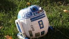 R2D2 pumpkin.  how adorable :)  my love for halloween and star wars wrapped in one package.