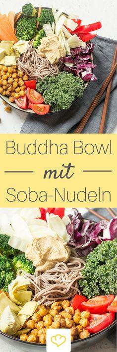 In dieser Buddha Bowl machen sich würzige Sobanudeln neben buntem Gemüse und gerösteten Kichererbsen breit. Ein Klecks selbst gemachter Hummus dazu und das Schlemmen kann beginnen.