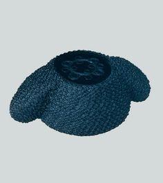 Montera de torero de pasamanería.Es el sombrero que usan los toreros, confeccionada en negro y forradacon una tira de pasamaneríay en la que destaca su parte superior con terciopelo y dibujo bordado.