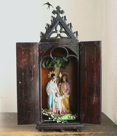 Etsy のHoly Family Statue with Wooden Folding Chapel Sagrada Familia Figure Altar Antique Folklore Religious Antique Vintage/884(ショップ名:GliciniaANTIQUE)