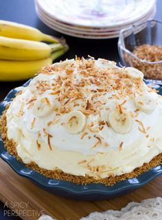 Today is National Banana Cream Pie Day! Let's celebrate with a look at these 10 yummy banana cream pie recipes! Yummy banana custard with cream topping. Desserts To Make, No Bake Desserts, Delicious Desserts, Yummy Food, Easy Banana Cream Pie, Banana Pie, Banana Pudding, Bannana Cream Pie, Crumble Pie