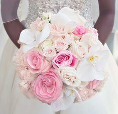 runder Hochzeitsstrauß, weiße und rosa Blumen, Hochzeit in Rosa