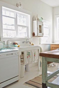 Shabby chic usually means white, whitewashed and pastel or vintage floral motifs. We have a bunch of sweet shabby chic kitchen decor ideas to inspire you. Cottage Kitchen Decor, Shabby Chic Kitchen Decor, Farmhouse Sink Kitchen, Retro Home Decor, Shabby Chic Homes, Rustic Kitchen, Country Kitchen, New Kitchen, Farmhouse Style