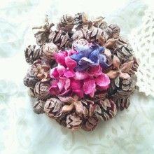 木の実をリースにして、真ん中に布のお花をアレンジしました。|ハンドメイド、手作り、手仕事品の通販・販売・購入ならCreema。