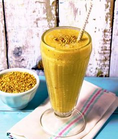 The bee pollen smoothie recipe full of protein and daily fibre. Will try without banana next time and add psyllium husk. Good, but all I could taste was banana and I only put half of one in! Healthy Smoothies, Healthy Drinks, Healthy Snacks, Healthy Eating, Healthy Recipes, Bee Pollen Smoothie, Juice Smoothie, Superfood Recipes, Smoothie Recipes