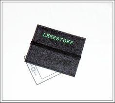 Die Filzhülle ist passend für einen eBook-Reader.  Die Hülle besteht aus 3 mm anthrazitfarbenen-melierten reinen Wollfilz  und wurde mit apfelgrß...
