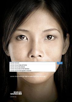 """""""Les femmes devraient rester à la maison"""", """"être des esclaves"""", """"rester dans la cuisine""""... Il ne s'agit pas des élucubrations d'un parti machiste, mais des suggestions de requête les plus populaires concernant la gente féminine sur Google. UN Women, la branche de l'ONU consacrée à la défense des droits des femmes, s'attaque à ces stéréotypes à la peau dure. Cette nouvelle campagne montre des visages de femmes bâillonnées par la barre de recherche du géant américain."""