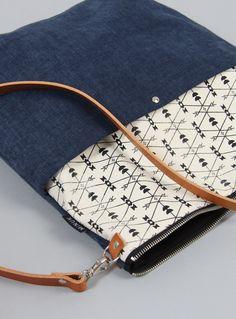 Die Schultertasche Klara ist aus 100% Canvas, handgesiebdruckten Elementen und einem Schulterriemen aus echtem Leder hergestellt. Der reine Baumwollstoff ist sehr robust und weist durch seinen...