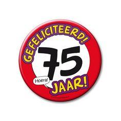 XXL verjaardags button 75 jaar. Extra grote button met daarop een afbeelding van een stopbord en de tekst: Gefeliciteerd! 75 jaar! Formaat: ongeveer 10 cm.