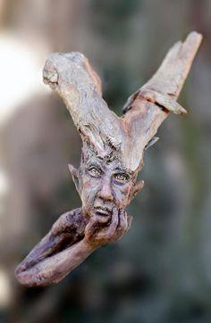 Не знаю, к какому виду можно отнести творчество, которым занимается молодая немецкая художница из Розенхайма Татьяна Раум. Скорее всего — это авторская кукла. Её удивительные сказочные персонажи, лесные эльфы, выполнены в необычной смешанной технике. Одна часть выполнена из полимерной глины, основанием для другой служит фрагмент ствола или ветки дерева.