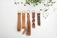 Handgefertigte Schlüsselanhänger aus feinstem italienischen Leder mit Messingnieten. Gibt's bei Etsy.