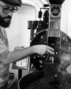 Torrando Cafés ontem com amigos ! Obrigado Luciano Osório. Fotos ficam muito bacanas ! #cafesespeciais #café #coffee #sjc #mestrecafeeiro #cursos #barista #torradoresdecafe #torradoratilla Fomos marcados nessas fotos ! obrigado !