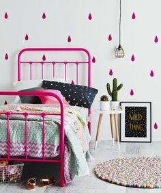 idées pour la chambre d'ado fille, lit en fer violette, papier peint chambre ado
