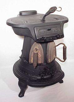 little vintage stove Cuisinières Vintage, Vintage Iron, Antique Wood Stove, How To Antique Wood, Antique Iron, Rare Antique, Alter Herd, Wood Stove Cooking, Old Stove