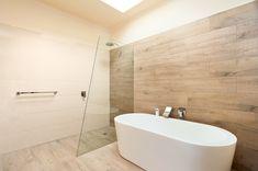 Душевые ограждения из стекла без поддона (55 фото): стиль и воздушность ванной комнаты  - http://happymodern.ru/dushevye-ograzhdeniya-iz-stekla-bez-poddona-stil-i-vozdushnost-vannoy-komnaty/ #душ #ванная #дизайн_интерьера #красиво #дом #уют