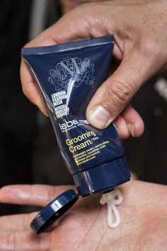 GROOMING CREAM Lightweight versatile cream for natural definition and control. Builds thickness and texture when used on its own or as a pre-styling product.