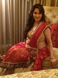 Kundan cud have luked much better Red Saree, Bollywood Saree, Indian Bollywood, Bollywood Fashion, Indian Sarees, Madhuri Dixit Hot, Choli Dress, Vintage Bollywood, Beautiful Figure