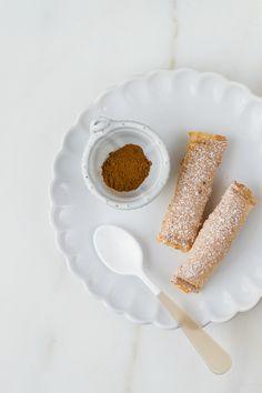 Unos deliciosos pasteles rellenos de arroz con leche: Bourekakia, típica receta del carnaval en Grecia. Sorprende con este maravilloso dulce. Ven a verlo.