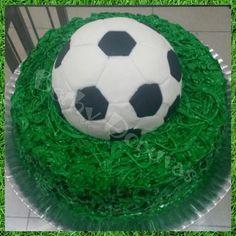 Bolo bola de futebol no gramado
