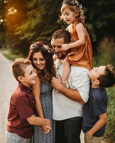 Fall Family Portraits, Family Portrait Poses, Family Picture Poses, Family Picture Outfits, Family Photo Sessions, Family Posing, Fall Family Photography, Toddler Photography, Lifestyle Photography