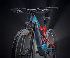 Today, Specialized revealed the new Turbo Levo, an e-mountain bike that improves over its predecessor in every way. Cycling Quotes, Cycling Art, Cycling Bikes, Cycling Jerseys, E Mountain Bike, Electric Mountain Bike, Mtb Bike, Road Bike, Specialized Bikes