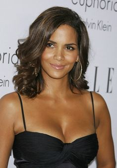 Halle Berry Plastic Surgery makes her look more busty and beautiful as well. The exotic cat woman appears to be very satisfied with the nose job. Estilo Halle Berry, Halle Berry Style, Halle Berry Hot, Beautiful Celebrities, Beautiful Actresses, Helle Berry, Bond Girls, Beautiful Black Women, Hello Beautiful