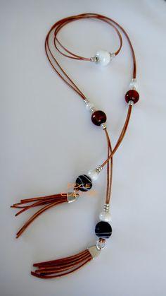 Collar-gargantilla de cuero marrón claro con cuentas de cerámica y vidrio y piezas de zamak