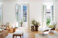 Departamento moderno en blanco y madera con toques de verde, reformado por el estudio Abalon en el barrio de Salamanca, Madrid. Sillón Eames en blanco y texturas en materiales nobles.