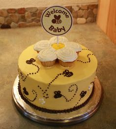 Bumble Bee Cake.  This is so cute!  It would be cute for a baby shower.  Amiga...I think I'm going to call your baby honey bee! @Brandy DiFiore