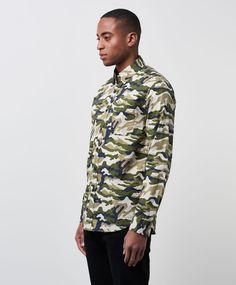 Charlie Camo skjorta från Clubs and Spades. Det här är en grön kamouflagemönstrad skjorta som har en normal passform. Skjortan har en klassisk krage med en dold knäppning undertill och svarta knappar. Avslutet nedtill är något rundat.  Kamouflagemönster Regular fit Klassisk krage 100% Bomull 40° Skonsam maskintvätt